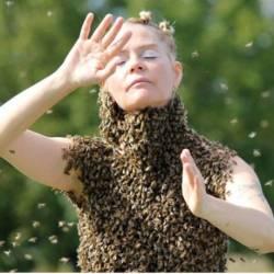Американка носит на теле 12 тысяч пчел, чтобы исцелять людей